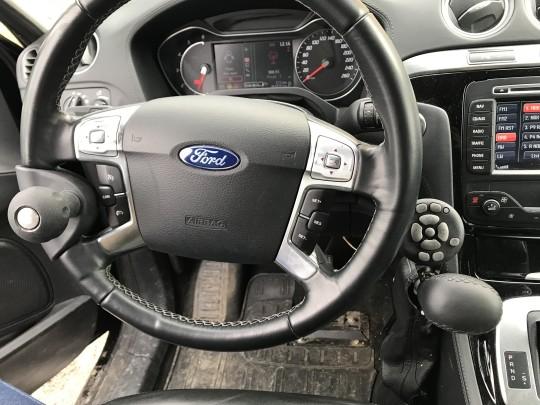 Håndstyrt gass/brems med brytere for a-funksjoner brukes som oftest sammen med rattkule for styring. Bilen har også lettet servostyring.